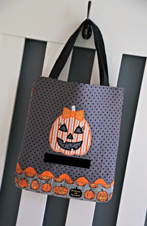 Halloween Trick or Treat Bag Pattern by Lindsay Wilkes from The Cottage Mama. www.thecottagemama.com